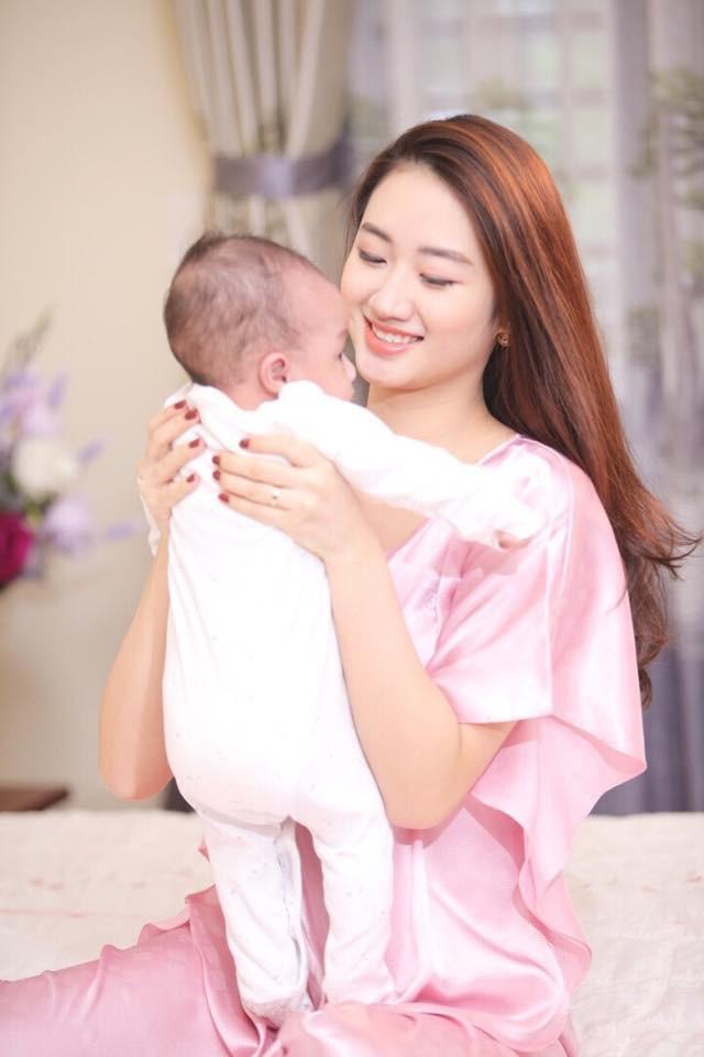 Hoa hậu Thu Ngân đẹp như thiếu nữ bên con trai mới sinh - Ảnh 3.