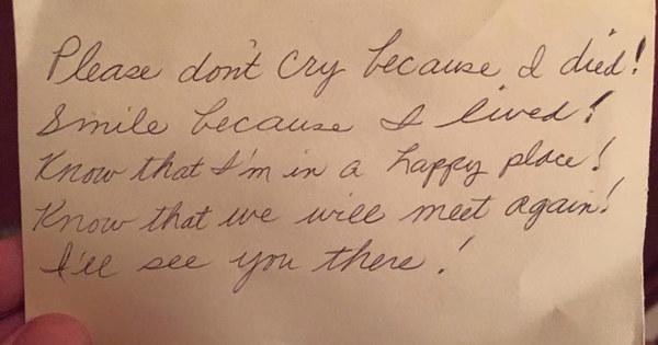 Hai ngày sau khi vợ mất, người chồng lặng lẽ khóc khi tìm được mẩu giấy nhỏ trong túi của vợ - Ảnh 2.