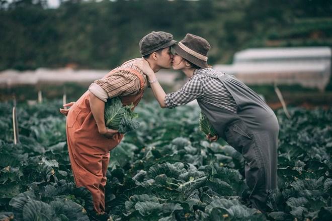 Tình yêu ngày xưa của ông bà đẹp lắm, chạm tay nhau thôi là nhớ nhau suốt đời - Ảnh 2.