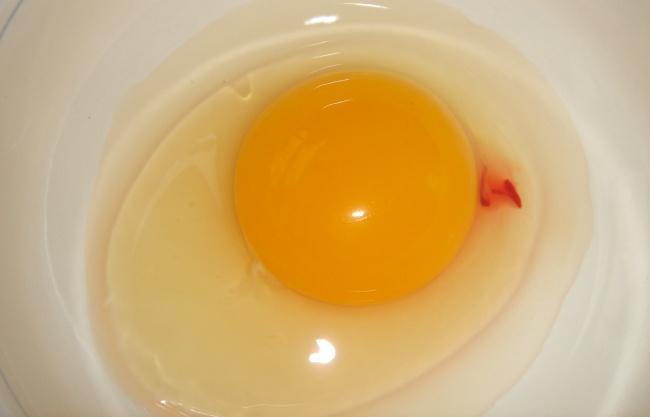 Trứng đập ra có vệt đỏ thế này có ăn được hay không? - Ảnh 1.