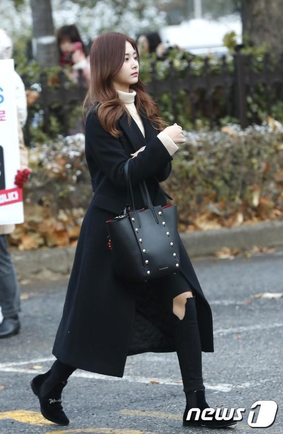 Áo khoác dáng dài năm nào cũng hot, nhưng để mặc đẹp và thật hợp mốt thì phải học tập các idol Hàn này - Ảnh 9.