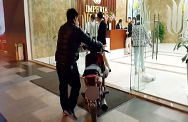 Hà Nội: Thực hư vụ cư dân dắt xe máy lên căn hộ cao cấp, phản đối phí gửi xe quá cao - Ảnh 1.