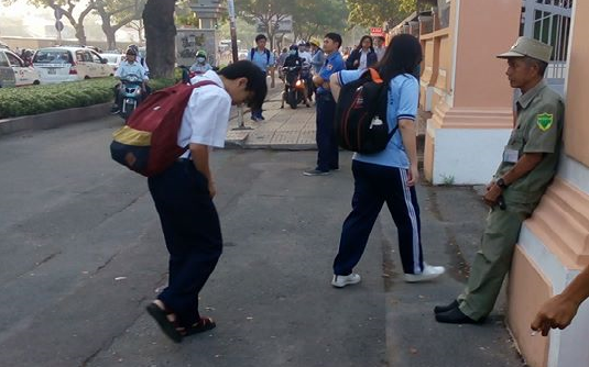 Clip đáng yêu nhất trong ngày: Học sinh trường THPT Lê Hồng Phong cúi đầu chào bác bảo vệ trước cổng trường mỗi sáng