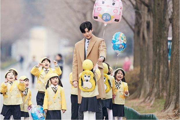 Lee Jong Suk mang bánh đến nhà, Suzy tránh như tránh tà - Ảnh 9.