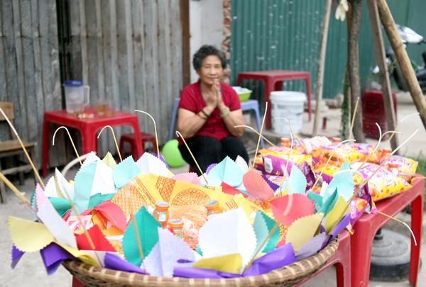 Rằm tháng 7: Phố cổ Hà Nội mù mịt hóa vàng mã, Sài Gòn chen nhau mua cơm chay, đi lễ chùa - Ảnh 4.