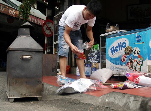 Rằm tháng 7: Phố cổ Hà Nội mù mịt hóa vàng mã, Sài Gòn chen nhau mua cơm chay, đi lễ chùa - Ảnh 7.