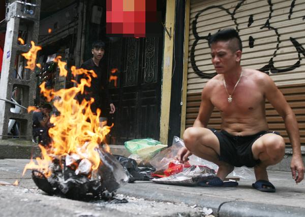 Rằm tháng 7: Phố cổ Hà Nội mù mịt hóa vàng mã, Sài Gòn chen nhau mua cơm chay, đi lễ chùa - Ảnh 8.
