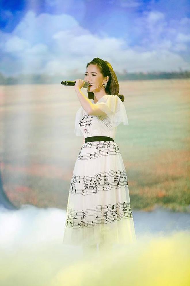 Năm 2017, Ngọc Trinh xứng đáng là Nữ hoàng váy nhái của showbiz Việt - Ảnh 22.