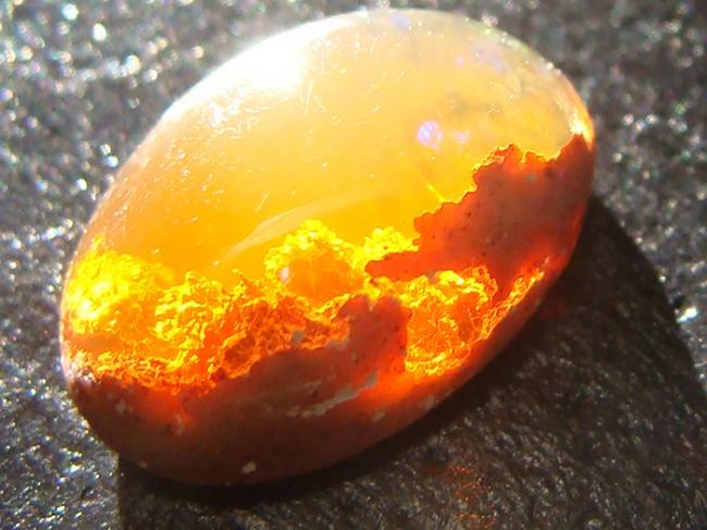 Những viên đá đẹp đến lạ lùng như chứa cả vũ trụ bên trong - Ảnh 1.