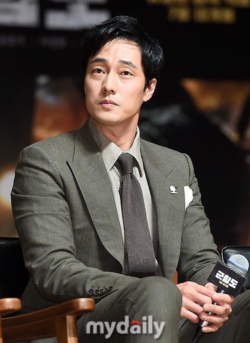 Đáng yêu thế này, bảo sao So Ji Sub - Song Joong Ki không làm fan điêu đứng - Ảnh 1.