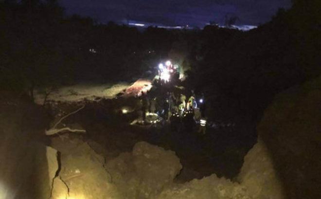 Hòa Bình: 5 nhà dân sạt lở, đã tìm thấy thi thể 9 người, còn nhiều người đang bị vùi lấp - Ảnh 1.