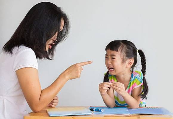 Với trẻ dưới 3 tuổi, việc dạy dỗ bằng quát mắng là vô ích và đây là 3 cách hay cho bố mẹ - Ảnh 3.