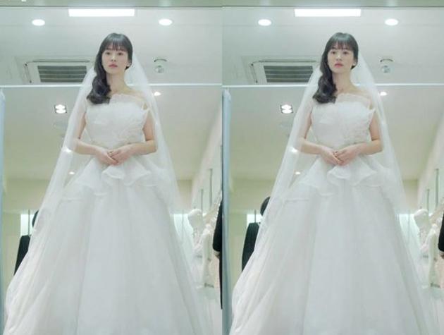 Nhìn lại 4 lần khoác lên mình bộ váy cưới và dự đoán chiếc váy mà Song Hye Kyo sẽ chọn mặc ngày 31 này  - Ảnh 5.