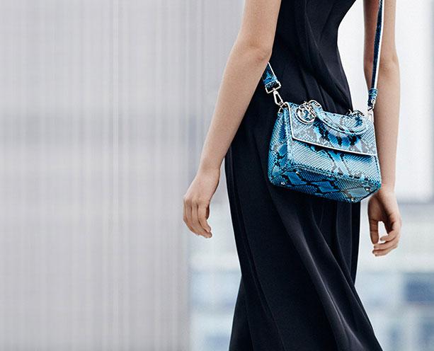6 lý do sẽ khiến bạn bớt chần chừ mà sắm ngay một chiếc túi mini nhỏ xinh cho hè này - Ảnh 17.