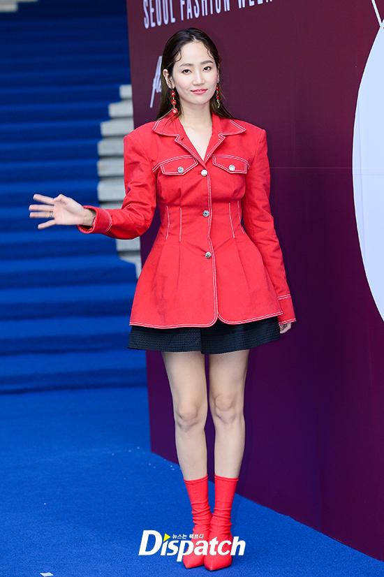 Chị hai của Những nàng công chúa nổi tiếng 42 tuổi vẫn diện đầm hồng choét tham dự Tuần lễ thời trang Seoul  - Ảnh 17.