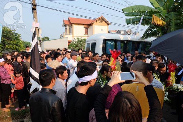 Bé gái Việt đã về đến quê cha, người thân, xóm làng đón em trong nước mắt - Ảnh 8.