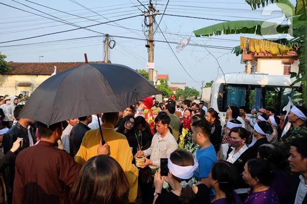 Bé gái Việt đã về đến quê cha, người thân, xóm làng đón em trong nước mắt - Ảnh 7.