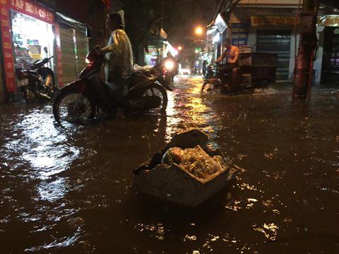 Mưa cực lớn, đường phố Hà Nội ngập úng nghiêm trọng lúc nửa đêm - Ảnh 11.