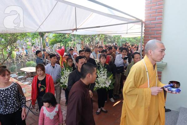 Bé gái Việt đã về đến quê cha, người thân, xóm làng đón em trong nước mắt - Ảnh 9.
