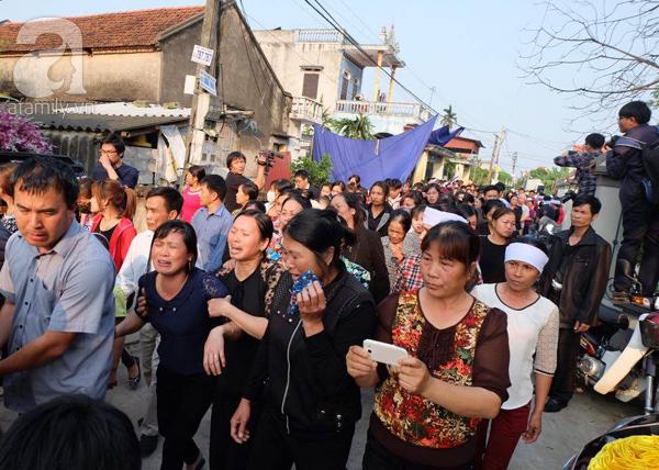 Bé gái Việt đã về đến quê cha, người thân, xóm làng đón em trong nước mắt - Ảnh 6.