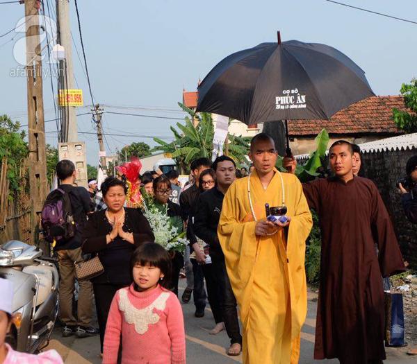 Bé gái Việt đã về đến quê cha, người thân, xóm làng đón em trong nước mắt - Ảnh 5.