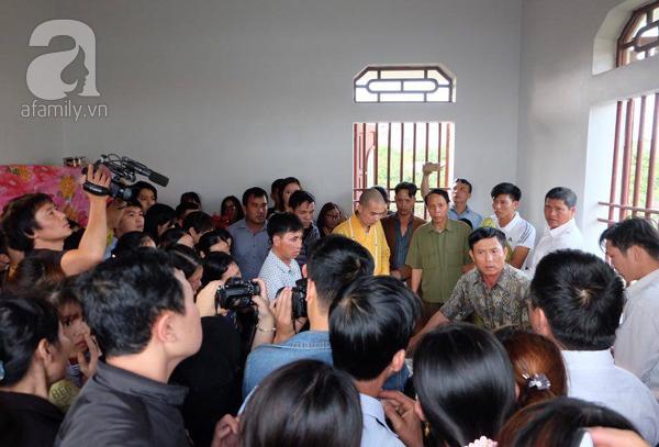 Bé gái Việt đã về đến quê cha, người thân, xóm làng đón em trong nước mắt - Ảnh 11.