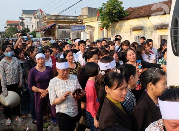 Bé gái Việt đã về đến quê cha, người thân, xóm làng đón em trong nước mắt - Ảnh 3.