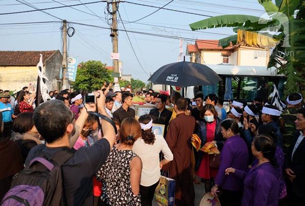 Bé gái Việt đã về đến quê cha, người thân, xóm làng đón em trong nước mắt - Ảnh 4.
