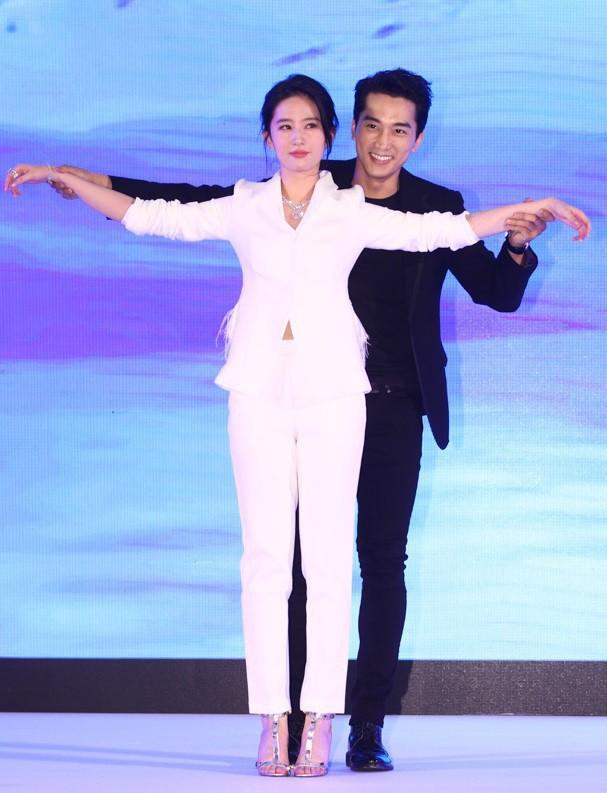 Trước khi chia tay, Lưu Diệc Phi và Song Seung Hun đã có phong cách thời trang đẹp và ăn ý thế này cơ mà - Ảnh 11.