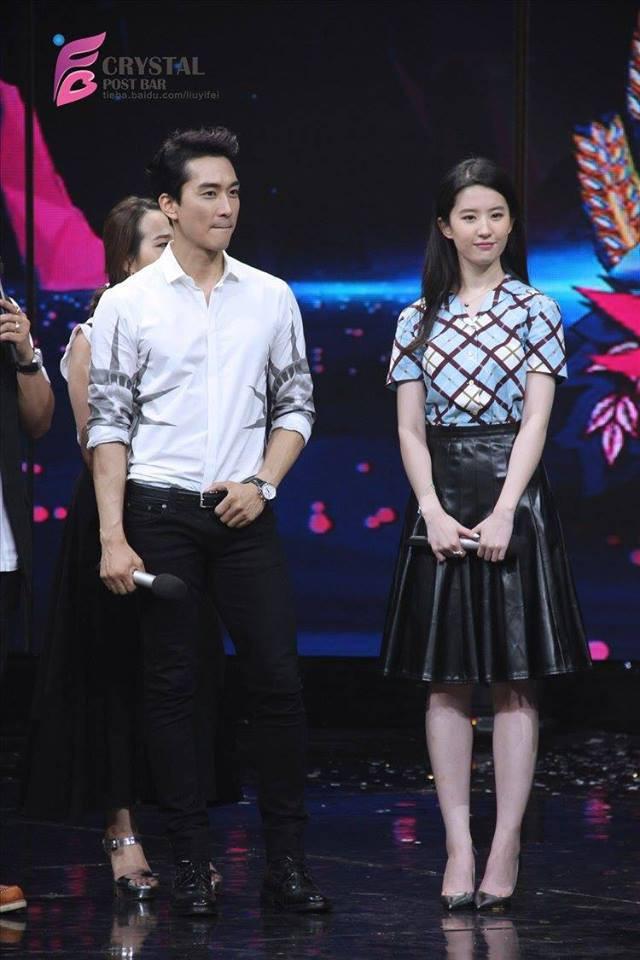 Trước khi chia tay, Lưu Diệc Phi và Song Seung Hun đã có phong cách thời trang đẹp và ăn ý thế này cơ mà - Ảnh 6.