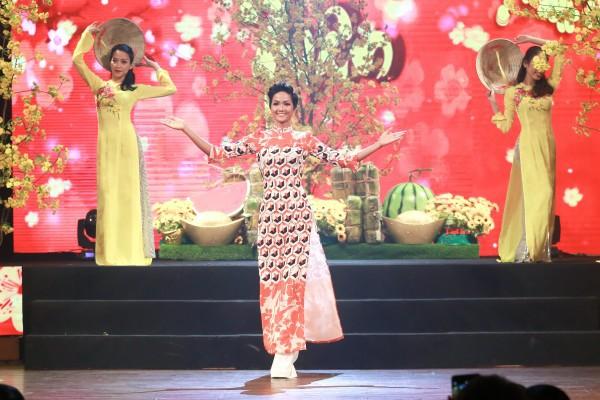 Bỏ rơi Mâu Thủy, H'Hen Niê và Hoàng Thùy 'rủ nhau' xúng xính áo dài trình diễn thời trang - Ảnh 2.