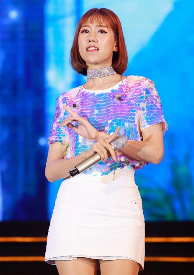 Trẻ trung lại vui tính, chị Mỹ Tâm xào rau có đụng hàng với Min và Yoona cũng là lẽ thường - Ảnh 3.