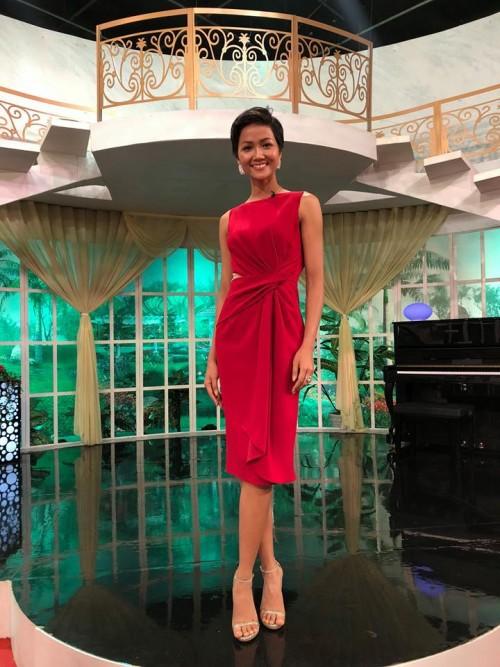 Mặc váy đỏ cổ vũ các 'người hùng' U23 VN, H'Hen Niê để Nguyễn Thị Loan 'lấn lướt' khi chung đụng váy áo - Ảnh 1.