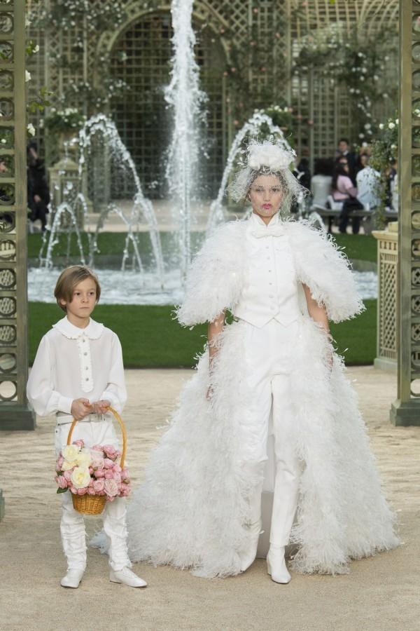 Những chiếc váy cưới hàng hiệu nằm trong tầm ngắm của 'lọ lem' Meghan Markle - Ảnh 4.