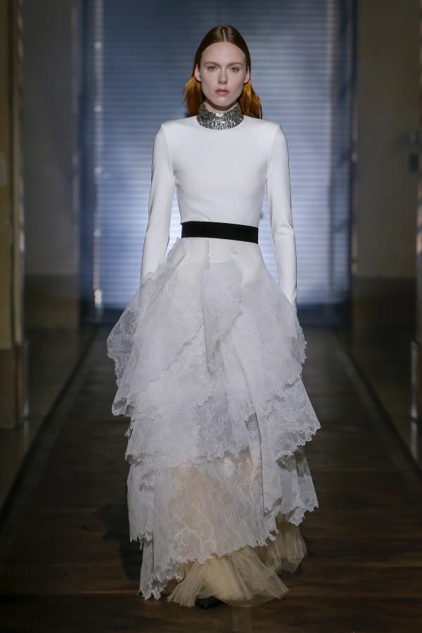 Những chiếc váy cưới hàng hiệu nằm trong tầm ngắm của 'lọ lem' Meghan Markle - Ảnh 6.