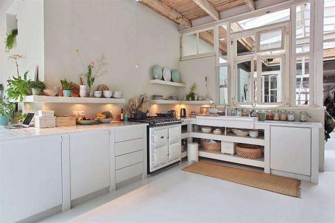Ngôi nhà trắng đẹp như tranh vẽ với những góc nhà lung linh chẳng khác gì studio - Ảnh 7.
