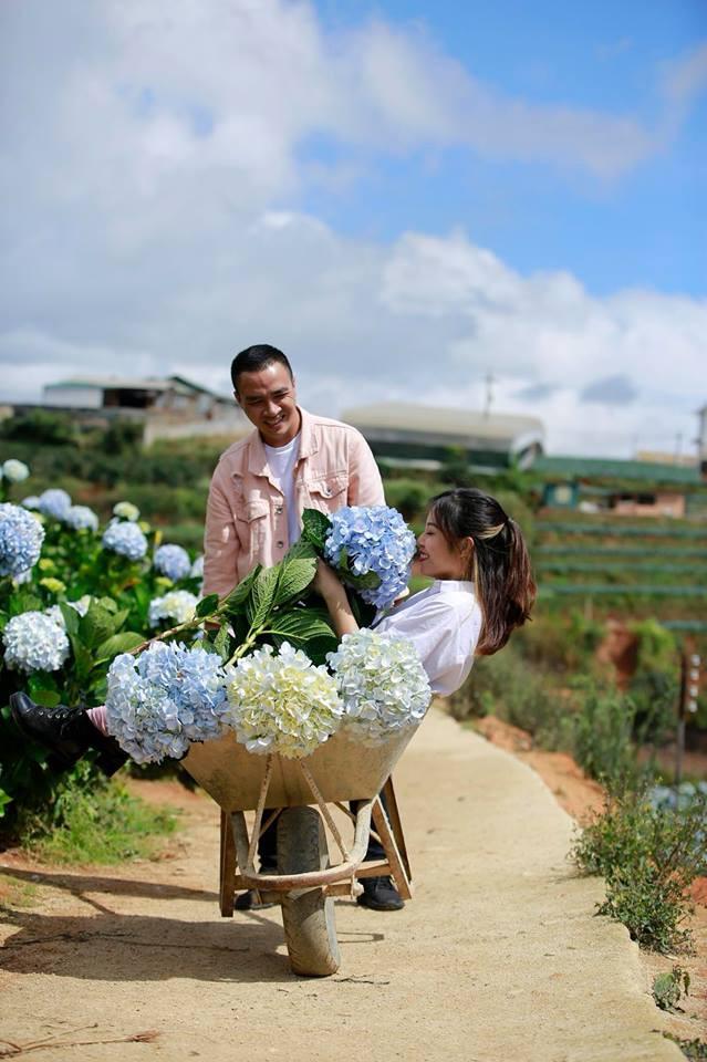 MC Hoàng Linh hạnh phúc như cô gái lần đầu biết yêu trong bộ ảnh cưới tại vườn cẩm tú cầu Đà Lạt - Ảnh 12.