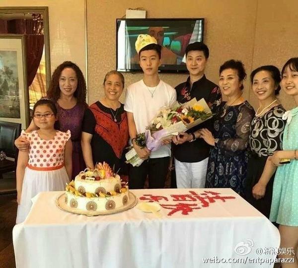 Sang Hàn vài tháng, em trai Phạm Băng Băng không chỉ đẹp trai hơn mà còn mặc đẹp hơn hẳn - Ảnh 2.