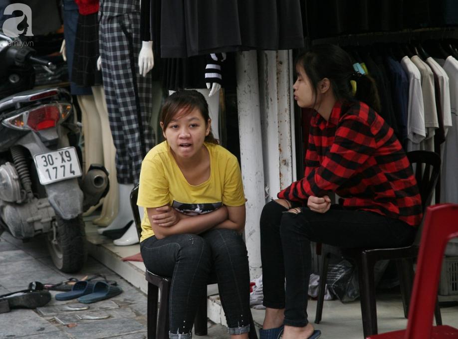 Hà Nội gió lạnh về, người dân vội vã kéo đi mua đồ mùa đông chống rét - Ảnh 6.