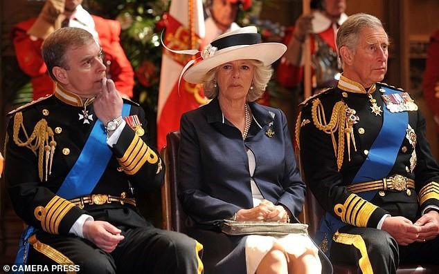 Bà Camilla gây choáng khi nhận lời tiệc tùng, bỏ qua đám cưới cháu gái Nữ hoàng Anh, bắt nguồn từ mối hận truyền kiếp - Ảnh 2.