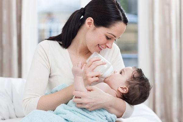 Vẫn cho trẻ bú bình khi đã được hơn 1 tuổi, cha mẹ coi chừng lợi bất cập hại - Ảnh 2.