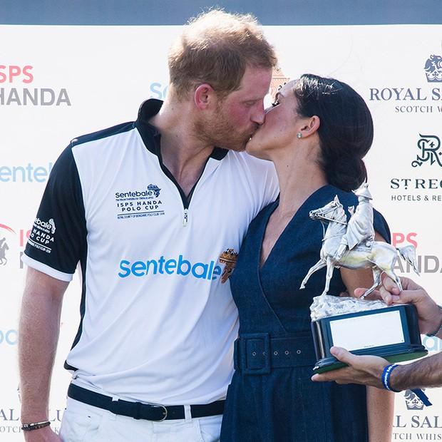 Khoảnh khắc ngọt ngào của 4 cặp đôi nổi tiếng nhất hoàng gia Anh: Hiếm khi thể hiện nhưng vẫn làm công chúng ghen tị - Ảnh 29.