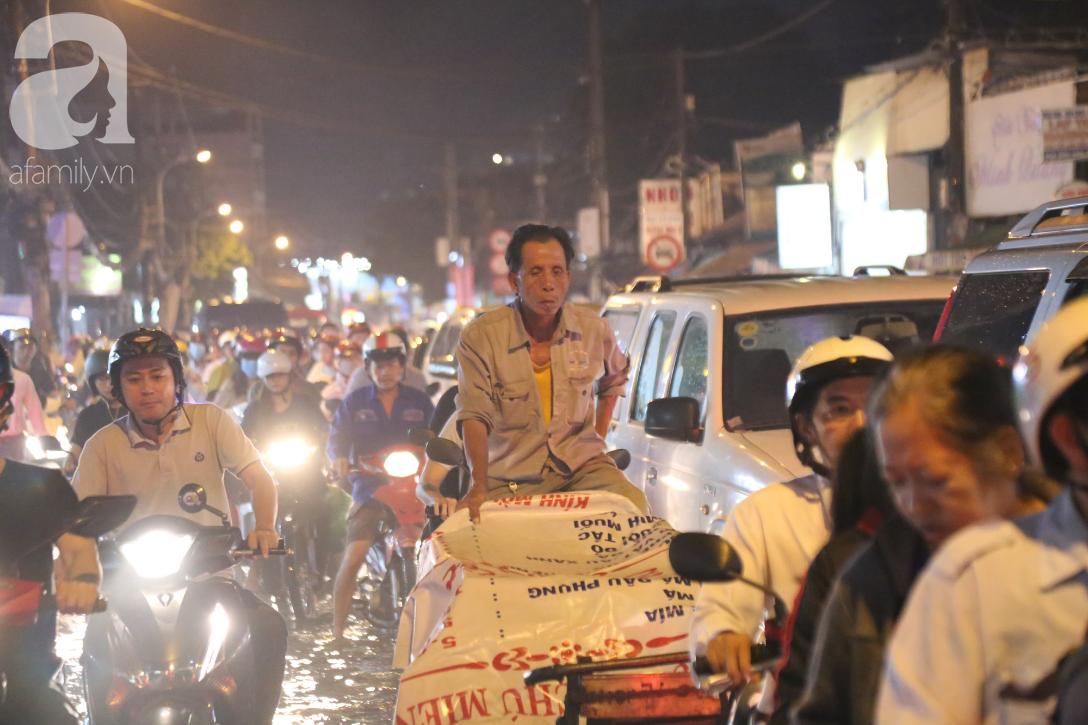 Kẹt xe kinh hoàng kéo dài hơn 2 giờ, người Sài Gòn bì bõm lội nước, mệt mỏi tìm lối thoát để về nhà - Ảnh 3.