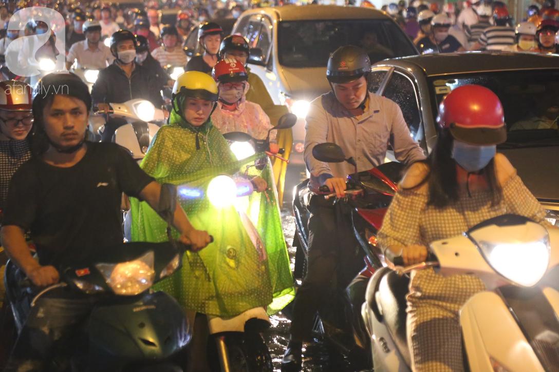 Kẹt xe kinh hoàng kéo dài hơn 2 giờ, người Sài Gòn bì bõm lội nước, mệt mỏi tìm lối thoát để về nhà - Ảnh 5.
