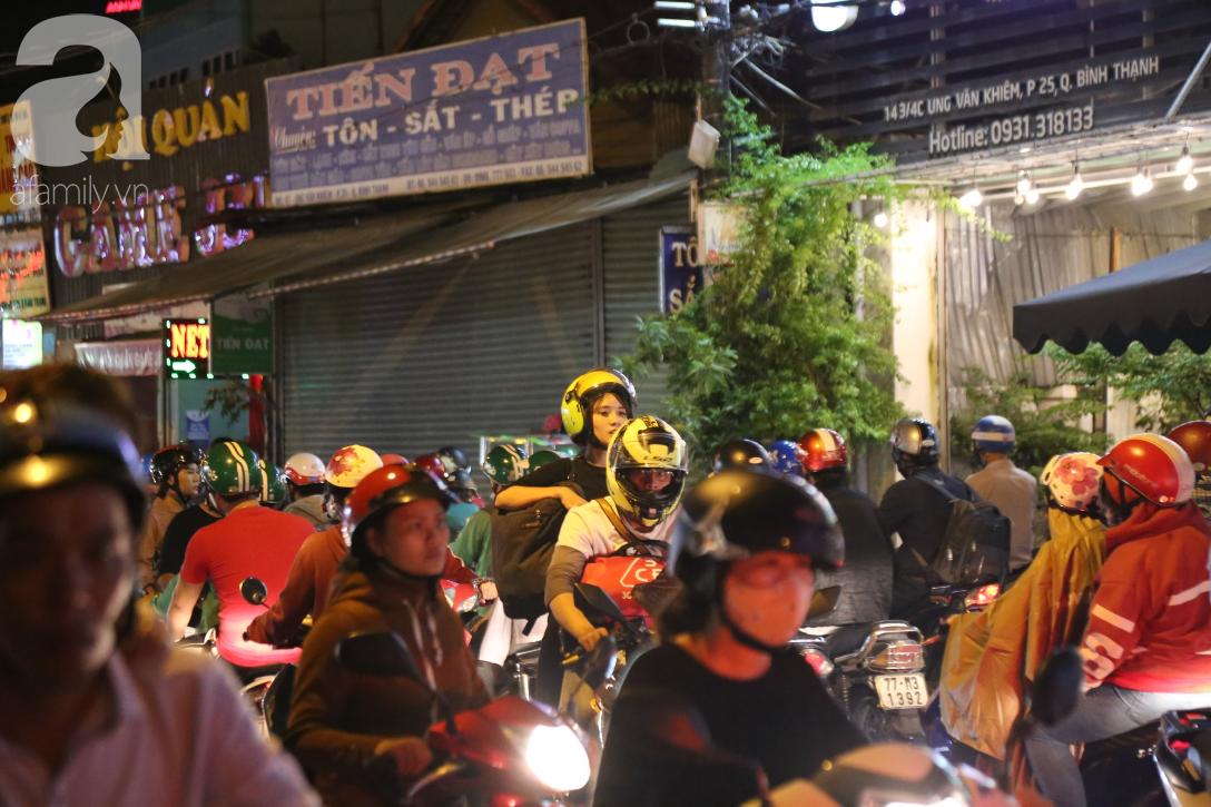 Kẹt xe kinh hoàng kéo dài hơn 2 giờ, người Sài Gòn bì bõm lội nước, mệt mỏi tìm lối thoát để về nhà - Ảnh 6.