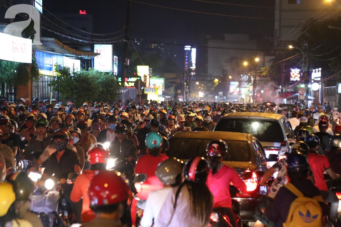 Kẹt xe kinh hoàng kéo dài hơn 2 giờ, người Sài Gòn bì bõm lội nước, mệt mỏi tìm lối thoát để về nhà - Ảnh 1.