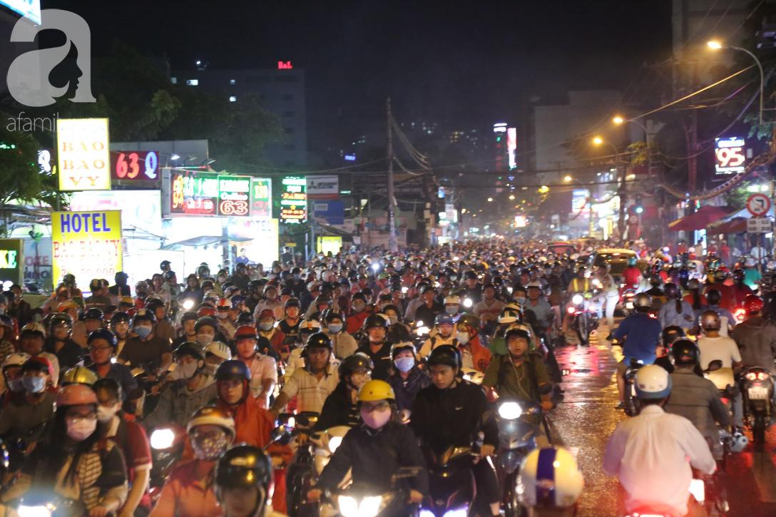 Kẹt xe kinh hoàng kéo dài hơn 2 giờ, người Sài Gòn bì bõm lội nước, mệt mỏi tìm lối thoát để về nhà - Ảnh 7.