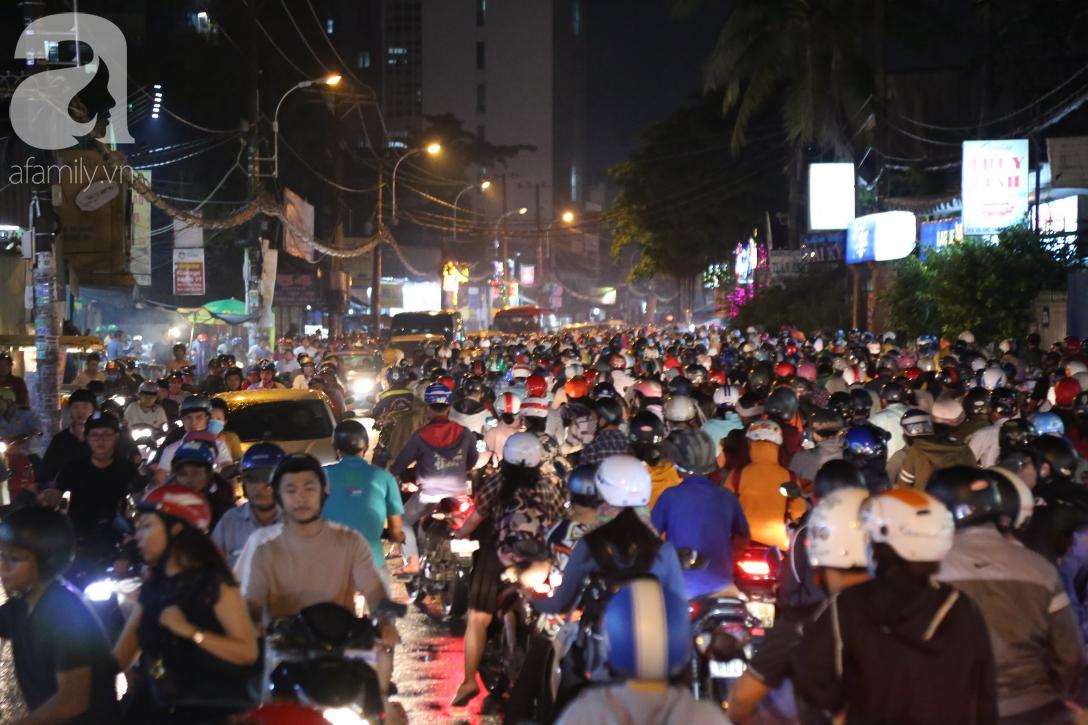 Kẹt xe kinh hoàng kéo dài hơn 2 giờ, người Sài Gòn bì bõm lội nước, mệt mỏi tìm lối thoát để về nhà - Ảnh 2.