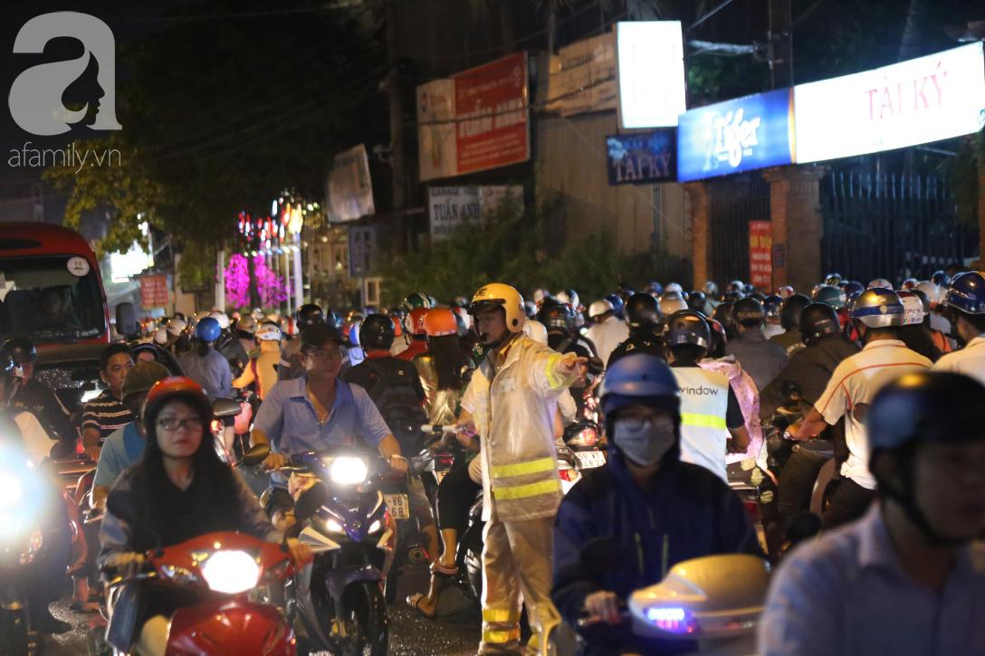 Kẹt xe kinh hoàng kéo dài hơn 2 giờ, người Sài Gòn bì bõm lội nước, mệt mỏi tìm lối thoát để về nhà - Ảnh 4.