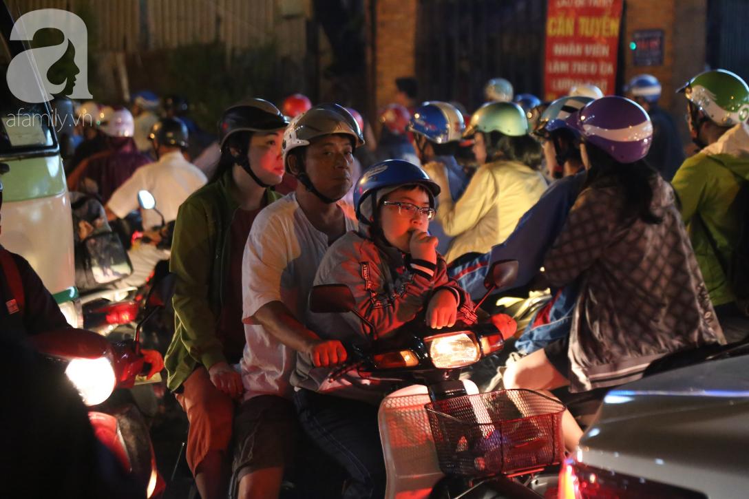 Kẹt xe kinh hoàng kéo dài hơn 2 giờ, người Sài Gòn bì bõm lội nước, mệt mỏi tìm lối thoát để về nhà - Ảnh 8.